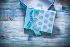 Ανοιγμένο μπλε παρόν κιβώτιο στην ξύλινη έννοια διακοπών πινάκων Στοκ φωτογραφία με δικαίωμα ελεύθερης χρήσης