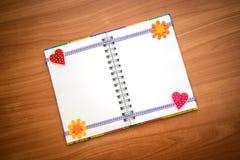 Ανοιγμένο σημειωματάριο με τις καρδιές και τα λουλούδια Στοκ εικόνες με δικαίωμα ελεύθερης χρήσης