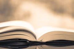 Ανοιγμένο τρύγος βιβλίο στοκ φωτογραφίες με δικαίωμα ελεύθερης χρήσης