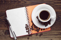 Ανοιγμένο φλυτζάνι σημειωματάριων και καφέ Στοκ Εικόνες
