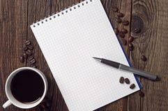 Ανοιγμένο φλυτζάνι σημειωματάριων και καφέ Στοκ φωτογραφία με δικαίωμα ελεύθερης χρήσης