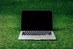 Ανοιγμένο lap-top με την κενή οθόνη στην πράσινη χλόη Στοκ φωτογραφία με δικαίωμα ελεύθερης χρήσης