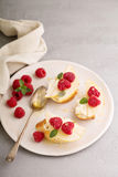 Ανοικτά αντιμέτωπα σάντουιτς με το τυρί, τα αχλάδια και το σμέουρο Στοκ Εικόνα