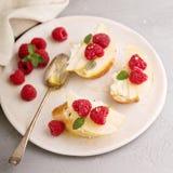 Ανοικτά αντιμέτωπα σάντουιτς με το τυρί, τα αχλάδια και το σμέουρο Στοκ εικόνες με δικαίωμα ελεύθερης χρήσης
