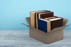 Ανοικτά βιβλία επάνω στον ξύλινο πίνακα γεφυρών και το μπλε υπόβαθρο πίσω σχολείο Έννοια εκπαίδευσης με το διάστημα αντιγράφων γι Στοκ φωτογραφία με δικαίωμα ελεύθερης χρήσης