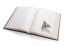 Ανοικτά βιβλίο και αμερικανικό δολάριο Στοκ Εικόνες