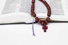 Ανοικτά βιβλίο και rosary Βίβλων στο λευκό Στοκ φωτογραφία με δικαίωμα ελεύθερης χρήσης