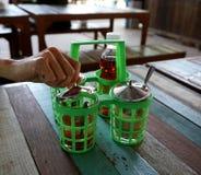Ανοικτά εμπορευματοκιβώτια χεριών για τα καρυκεύματα στοκ φωτογραφίες με δικαίωμα ελεύθερης χρήσης