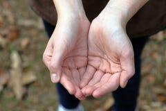 Ανοικτά κοίλα χέρια παιδιού στοκ φωτογραφίες με δικαίωμα ελεύθερης χρήσης