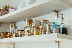 Ανοικτά ράφια με τα διάφορα συστατικά τροφίμων και καρυκευμάτων στοκ φωτογραφίες με δικαίωμα ελεύθερης χρήσης