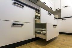 Ανοικτά συρτάρια κουζινών με τα πιάτα και τα πιάτα φλυτζανιών Στοκ φωτογραφία με δικαίωμα ελεύθερης χρήσης