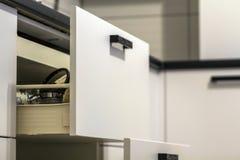 Ανοικτά συρτάρια κουζινών με τα πιάτα και τα πιάτα φλυτζανιών Στοκ εικόνα με δικαίωμα ελεύθερης χρήσης