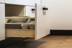 Ανοικτά συρτάρια κουζινών με τα πιάτα και τα πιάτα φλυτζανιών Στοκ εικόνες με δικαίωμα ελεύθερης χρήσης