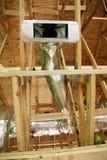 Ανοικτές διέξοδος και σωλήνωση θέρμανσης εναλλασσόμενου ρεύματος στο ανώτατο όριο του νέου σπιτιού Στοκ Φωτογραφία