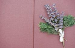 Ανοικτές κενές σελίδες του λευκώματος αποκομμάτων με τη δέσμη ιώδες lavender και των πράσινων κλάδων στη δεξιά πλευρά στοκ εικόνες με δικαίωμα ελεύθερης χρήσης