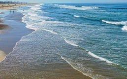 Ανοικτές ομπρέλες παραλιών κοντά στον ωκεανό στοκ εικόνες