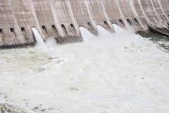Ανοικτές πύλες πλημμυρών που αναγκάζουν την υδρονέφωση για να αυξηθεί Στοκ Εικόνες