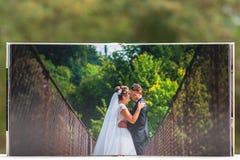 Ανοικτές σελίδες του καφετιού του λευκώματος δέρματος πολυτέλειας γαμήλιου βιβλίου ή διανυσματική απεικόνιση
