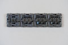 Ανοικτές υποδοχές ηλεκτρικής δύναμης στο άσπρο υπόβαθρο, την επισκευή και να τοποθετήσει τοίχων Τα πόδια των οδηγήσεων είναι ανοι στοκ φωτογραφία με δικαίωμα ελεύθερης χρήσης