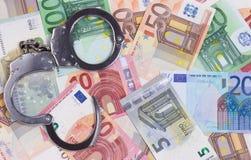 Ανοικτές χειροπέδες στο ευρο- αφηρημένο υπόβαθρο χρημάτων στοκ εικόνες