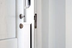 Ανοικτή άσπρη ξύλινη πόρτα Είσοδος στο δωμάτιο Στοκ φωτογραφία με δικαίωμα ελεύθερης χρήσης