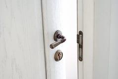 Ανοικτή άσπρη ξύλινη πόρτα Είσοδος στο δωμάτιο Στοκ εικόνα με δικαίωμα ελεύθερης χρήσης