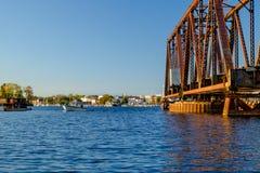 Ανοικτή γέφυρα ταλάντευσης που πλαισιώνει έναν ψαρά στοκ εικόνες