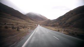 Ανοικτή εθνική οδός σε έναν μακρύ δρόμο βουνών φιλμ μικρού μήκους