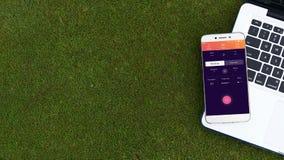 Ανοικτή εφαρμογή momondo apps Smartphone στο πληκτρολόγιο lap-top Στοκ φωτογραφία με δικαίωμα ελεύθερης χρήσης