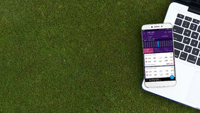 Ανοικτή εφαρμογή momondo apps Smartphone στο πληκτρολόγιο lap-top Στοκ εικόνες με δικαίωμα ελεύθερης χρήσης