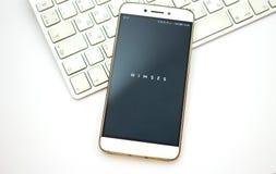 Ανοικτή εφαρμογή Nimses apps Smartphone στο πληκτρολόγιο lap-top Στοκ Εικόνες