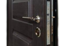 Ανοικτή θωρακισμένη πόρτα Κλειδαριά πορτών, σκοτεινή καφετιά κινηματογράφηση σε πρώτο πλάνο πορτών Σύγχρονο εσωτερικό σχέδιο, λαβ Στοκ εικόνες με δικαίωμα ελεύθερης χρήσης