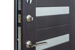 Ανοικτή θωρακισμένη πόρτα Κλειδαριά πορτών, σκοτεινή καφετιά κινηματογράφηση σε πρώτο πλάνο πορτών Σύγχρονο εσωτερικό σχέδιο, λαβ Στοκ Φωτογραφία