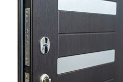Ανοικτή θωρακισμένη πόρτα Κλειδαριά πορτών, σκοτεινή καφετιά κινηματογράφηση σε πρώτο πλάνο πορτών Σύγχρονο εσωτερικό σχέδιο, λαβ Στοκ Εικόνες