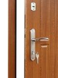 Ανοικτή καφετιά ξύλινη λαβή πορτών με την κλειδαριά Στοκ Εικόνες