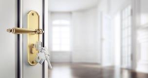 Ανοικτή κλασική πόρτα με τα κλειδιά agains ένα κενό διαμέρισμα απεικόνιση αποθεμάτων