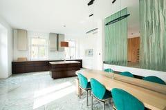 Ανοικτή κουζίνα και dinning δωμάτιο Στοκ Εικόνες