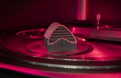 Ανοικτή λειτουργώντας αίθουσα Τυπωμένη αντικείμενο σκόνη μετάλλων στον τρισδιάστατο εκτυπωτή μετάλλων στοκ εικόνα