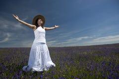 ανοικτή λευκιά ευρεία γυναίκα φορεμάτων όπλων όμορφη Στοκ Φωτογραφία