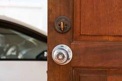 Ανοικτή ξύλινη πόρτα και άσπρο αυτοκίνητο Στοκ εικόνες με δικαίωμα ελεύθερης χρήσης
