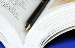 ανοικτή πέννα βιβλίων Στοκ φωτογραφία με δικαίωμα ελεύθερης χρήσης