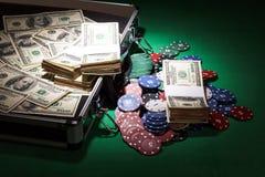 Ανοικτή περίπτωση με τα δολάρια και τα τσιπ στο πράσινο υπόβαθρο υφασμάτων Στοκ Εικόνες