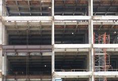 Ανοικτή πρόσοψη του αστικού εργοτάξιου οικοδομής οικοδόμησης με την εργασία εν εξελίξει Στοκ Εικόνες