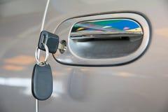 Ανοικτή πόρτα αυτοκινήτων με το κλειδί Στοκ Φωτογραφίες