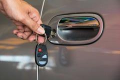 Ανοικτή πόρτα αυτοκινήτων με το κλειδί Στοκ εικόνα με δικαίωμα ελεύθερης χρήσης