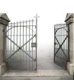 Ανοικτή πύλη επεξεργασμένος-σιδήρου στοκ φωτογραφία