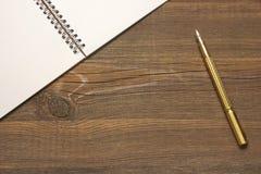 Ανοικτή σπείρα - συνδεδεμένο σημειωματάριο με τις άσπρες σελίδες και τη χρυσή μάνδρα Στοκ φωτογραφίες με δικαίωμα ελεύθερης χρήσης
