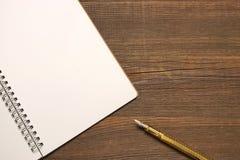 Ανοικτή σπείρα - συνδεδεμένο σημειωματάριο με τις άσπρες σελίδες και τη χρυσή μάνδρα Στοκ φωτογραφία με δικαίωμα ελεύθερης χρήσης