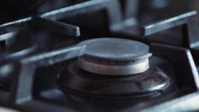 Ανοικτή σόμπα αερίου στην κουζίνα με τη λεπίδα πυρκαγιάς Έννοια γευμάτων μαγειρέματος φιλμ μικρού μήκους