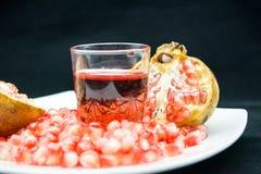 Ανοικτή σύνθεση pomegranade με ένα σύνολο γυαλιού του pomegranade ju Στοκ εικόνα με δικαίωμα ελεύθερης χρήσης